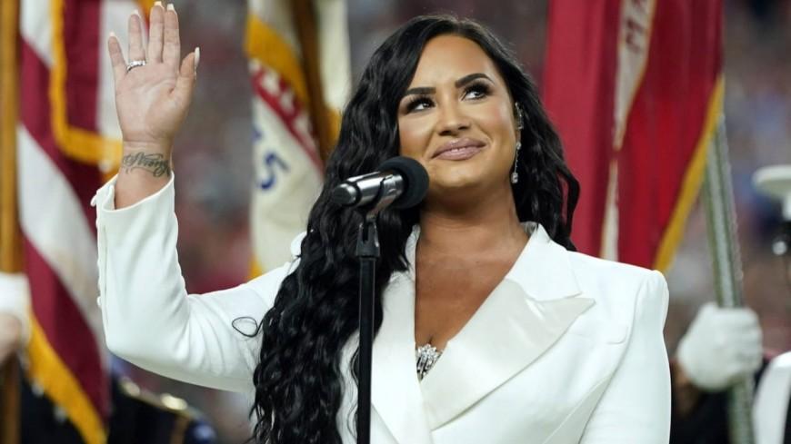 News : Demi Lovato prône le body positive en postant des clichés de ses vergetures scintillantes (photos)