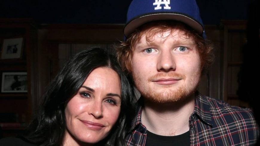 """Ed Sheeran et Courteney Cox recréent une célèbre danse de """"Friends"""" (vidéo)"""