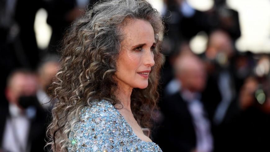 Andie MacDowell affiche sa chevelure grise sur les marches du festival de Cannes et elle est sublime !