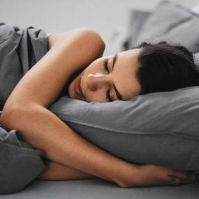 L'odeur du t-shirt de votre conjoint peut vous aider à mieux dormir !